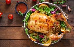 Pollo cocido relleno con el arroz para la cena de la Navidad en una tabla festiva Fotografía de archivo