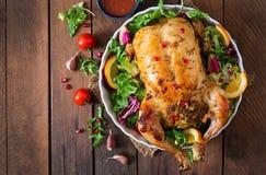 Pollo cocido relleno con el arroz para la cena de la Navidad en una tabla festiva Imagen de archivo libre de regalías