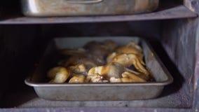 Pollo cocinado con la corteza de oro cocinada en un horno rústico metrajes