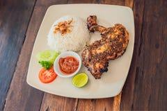 Pollo con el plato del Balinese del Cymbopogon y del arroz lifestyle imagen de archivo