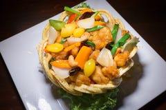 Pollo con gli anacardi in Taro Nest croccante Fotografia Stock Libera da Diritti