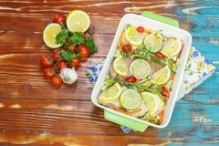 Pollo con i rosmarini ed il limone fotografie stock