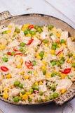Pollo con il ¡ Orn del riso, dei piselli, di Ð ed i peperoncini rossi Immagine Stock Libera da Diritti
