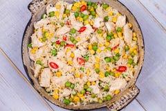 Pollo con il ¡ Orn del riso, dei piselli, di Ð ed i peperoncini rossi Fotografie Stock