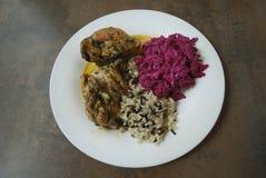 Pollo con l'insalata della barbabietola e del riso selvaggio e bianco Immagine Stock
