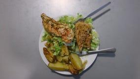 Pollo con la ensalada y las patatas en una placa El frente de la cámara gira, rotación del lazo, visión superior almacen de video