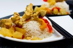 Pollo con la piña y adornado con arroz Imagenes de archivo