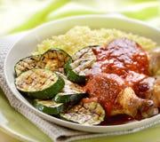 Pollo con la salsa al pomodoro arrostita ed il riso dello zucchino Immagine Stock Libera da Diritti