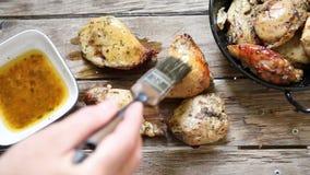 Pollo con las especias almacen de metraje de vídeo