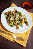 Pollo con las verduras fritas Fotos de archivo libres de regalías