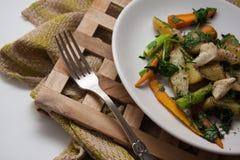 Pollo con las verduras fritas Fotografía de archivo
