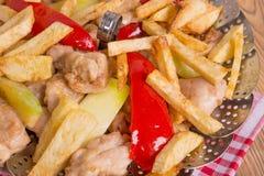 Pollo con las verduras fritas en aceite Imagen de archivo
