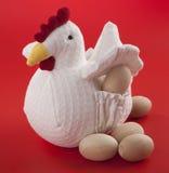 Pollo con le uova di legno Fotografie Stock