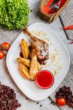 Pollo con pelle croccante servita con le verdure immagini stock libere da diritti