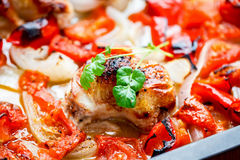 Pollo con ratatouille horno-asado Foto de archivo