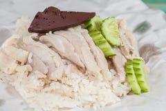Pollo cortado del Hainan-estilo con arroz adobado Imagenes de archivo