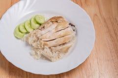 Pollo cortado del Hainan-estilo con arroz adobado en el plato blanco Imagen de archivo libre de regalías