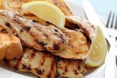 Pollo cotto del limone con il pane di aglio Immagini Stock