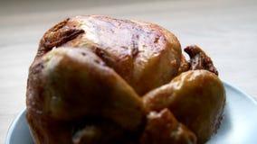 Pollo cotto su una zolla video d archivio