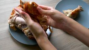 Pollo cotto su una zolla archivi video