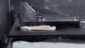 Pollo cotto Un pezzo di raccordo del pollo è grigliato Cucina nel ristorante archivi video