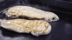 Pollo cotto Un pezzo di raccordo del pollo è grigliato Cucina nel ristorante video d archivio