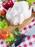 Pollo crudo sulla tavola Immagini Stock