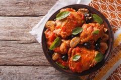 Pollo de Cacciatori del italiano en una placa visión superior horizontal Fotos de archivo