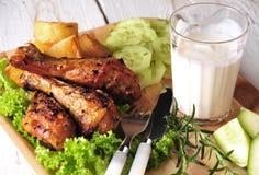 Pollo de carne asada con las patatas y el pepino Fotografía de archivo
