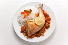 Pollo de carne asada con pimientas rojas y verdes Foto de archivo libre de regalías