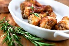 Pollo de carne asada con romero imagenes de archivo