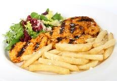 Pollo de la barbacoa del verano con la ensalada y las patatas fritas Foto de archivo libre de regalías