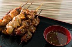 Pollo de la barbacoa o pollo asado a la parrilla en el pincho de bambú Fotos de archivo