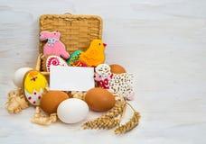 Pollo de la galleta de Pascua, conejito, poco espolón en una cesta y pollo Foto de archivo libre de regalías