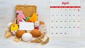 Pollo de la galleta de Pascua, conejito, poco espolón en una cesta y pollo Fotos de archivo libres de regalías