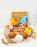 Pollo de la galleta de Pascua, conejito, poco espolón en una cesta y pollo Imágenes de archivo libres de regalías