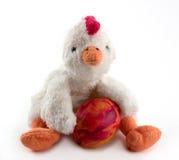 Pollo de Pascua con el huevo pintado a mano Fotos de archivo libres de regalías