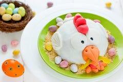 Pollo de Pascua en torta del día de fiesta de la jerarquía Fotografía de archivo libre de regalías