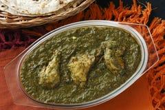 Pollo de Saag es una verdura india del norte imágenes de archivo libres de regalías