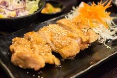 Pollo de Teriyaki en la placa negra Foto de archivo libre de regalías