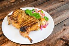 Pollo debajo de un ladrillo con la ensalada del panzanella Fotografía de archivo libre de regalías