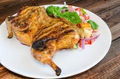 Pollo debajo de un ladrillo con la ensalada del panzanella Fotos de archivo libres de regalías