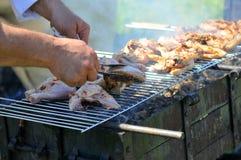 pollo del barbecue che cucina griglia Fotografia Stock Libera da Diritti
