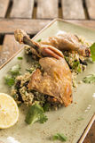 Pollo del Confit con cous cous del limone, dell'oliva & dell'erba Fotografie Stock