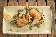 Pollo del Confit con cous cous del limone, dell'oliva & dell'erba Fotografia Stock