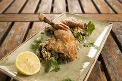Pollo del Confit con cous cous del limone, dell'oliva & dell'erba Fotografia Stock Libera da Diritti