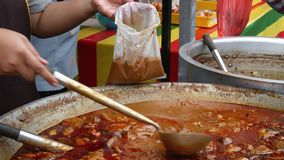 Pollo del curry que vende en Ramadan Bazaar Se establece para que a los musulmanes se rompan r?pidamente durante el mes santo del metrajes