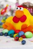 Pollo del juguete de Pascua con los huevos de Pascua coloridos Fotos de archivo libres de regalías