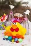 Pollo del juguete de Pascua con los huevos de Pascua coloridos Fotos de archivo