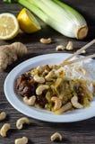 Pollo del limón con los tallarines y el anacardo Imagen de archivo libre de regalías